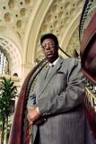 El Rey Kigeli V de Ruanda es retratado posando en...