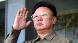El líder norcoreano Kim JongIl devuelve el saludo...