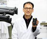 El Profesor Kim Jinyoung de UNIST muestra un estud...