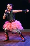 La cantante bailarina Kitana Turnbull se presenta...