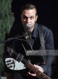 Músico Landon Jacobs de la banda Sir Sly actuando...
